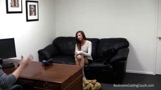 झोंके बिल्ली और कास्टिंग सोफे पर दिलेर स्तन
