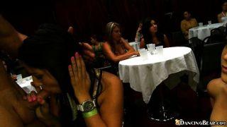 Slutty लड़कियां पार्टी में मुर्गा चूसना