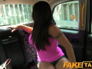 FakeTaxi - टैक्सी चाल के लिए सेक्सी अमेरिकन फॉल्स