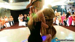 लड़कियां नंगे तो भालू पर नृत्य