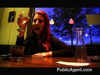 सार्वजनिक एजेंट एक दोस्त को उसकी पहचान का पता चलता है