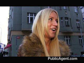 PublicAgent - कैरा डेनिम में तेजस्वी गोरा