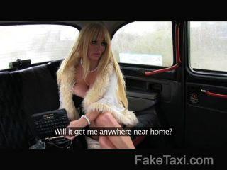 FakeTaxi - भारी स्तन और blowjob होठों