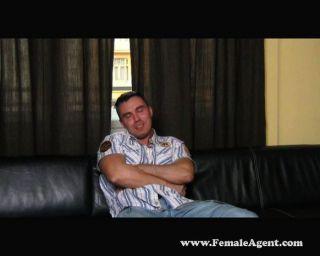 सेक्सी श्यामला एजेंट हावी मुर्गा