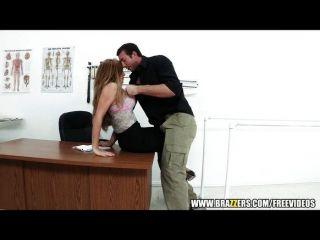 तंग योनी डॉक्टर उसे रोगी में मदद करता है
