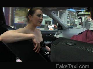 FakeTaxi - पॉश औरत को एक अच्छा बकवास के लिए भुगतान करता है