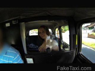 FakeTaxi - मुखर लाल सिर blowjob के साथ भुगतान करता है