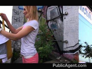 PublicAgent - वह हो जाता है थूक भुना सड़क पर