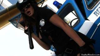 अधिकारी सैंड्रा जानता है कि क्या एक बल्ला के लिए है