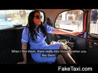 FakeTaxi - टैक्सी स्वीकारोक्ति में शरारती नर्स