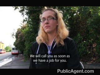 PublicAgent - चश्मा में सुनहरे बालों वाली गड़बड़ हो जाता है