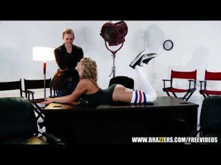 मिया Malkova उसके मालिक के लिए उसके पैरों के प्रसार