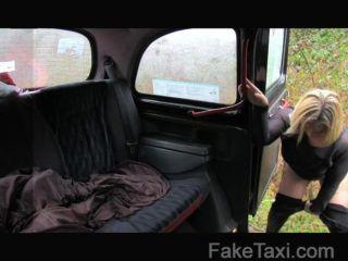 FakeTaxi - एक बड़े गधे के साथ स्कॉटिश गोरा