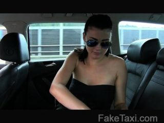 FakeTaxi - मासूम लड़की एक बड़ा मुर्गा पर ले जाता है