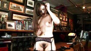अधोवस्त्र में सेक्सी लड़की masturbates