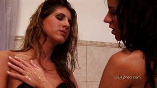 सेक्सी बाथटब में खेल रहे हैं लड़कियां