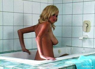 गर्म गोरा एक स्नान लेने लड़की