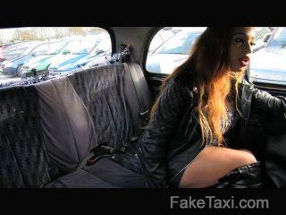 FakeTaxi - बिग गधा बड़ा मुँह और गीला बिल्ली