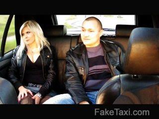 FakeTaxi - पति घड़ियों पत्नी गड़बड़