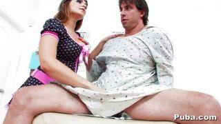 नताशा नाइस एक गर्म पुरुष मरीज देखता है