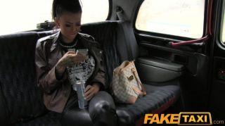 FakeTaxi - टैटू और भेदी के साथ श्यामला