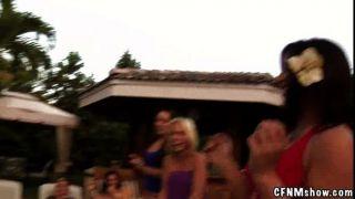 सुपर गांठदार पूल पार्टी कार्रवाई