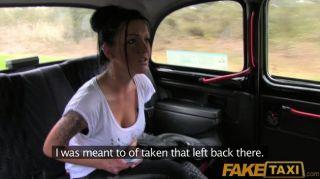 FakeTaxi - मूडी काले बालों वाली ब्रिटिश महिला