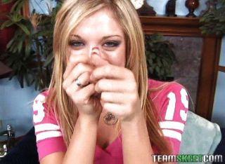 सुंदर एमी उसके हाथों का उपयोग करता है