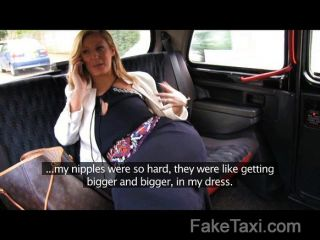 संचिका टैक्सी बोनट के ऊपर गड़बड़