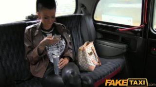 FakeTaxi टैक्सी में गड़बड़ टैटू आकर्षक
