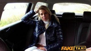 FakeTaxi सुनहरे बालों वाली लड़की बेकार है और टैक्सी में fucks