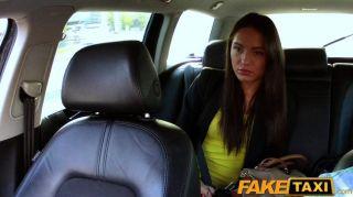 FakeTaxi - टैक्सी ड्राइवर पार्टी लड़की fucks