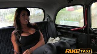 टैक्सी में बड़े स्तन fucks के साथ FakeTaxi आकर्षक
