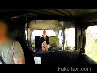 टैक्सी में सेक्स रिश्वत में भव्य गोरा