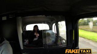 FakeTaxi बड़े स्तन बेब देता है एक अच्छा blowjob cabbie