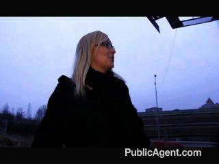 PublicAgent - गोरा के साथ आउटडोर कमबख्त