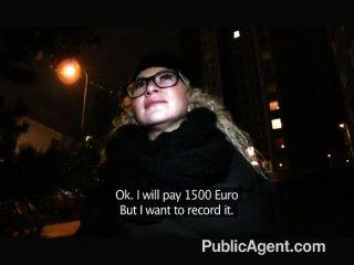 PublicAgent - गड़बड़ गिलास में सेक्सी लड़की