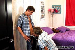 दो लड़कों को उनके समलैंगिक पक्षों की खोज