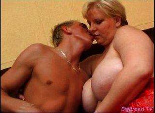 fattie उसके मांसल योनी में एक डिक हो जाता है