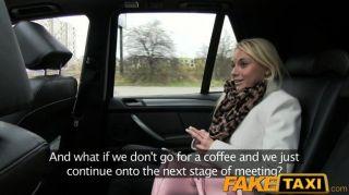 FakeTaxi प्राग सुंदरता टैक्सी आकर्षण के लिए गिर जाता है