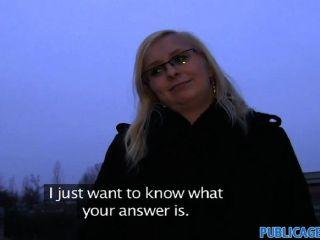 PublicAgent - चश्मा में गोरा हैरान