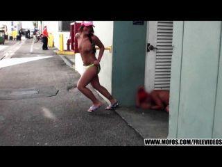 जनता में पागल समुद्र तट बाइकर लड़की स्ट्रिप्स