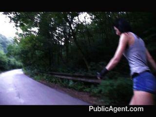 तंग बिल्ली के साथ Rollerblade लड़की गड़बड़