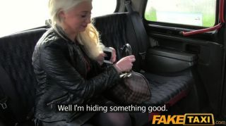 FakeTaxi - बड़े स्तन के साथ सुनहरे बालों वाली गर्म महिला
