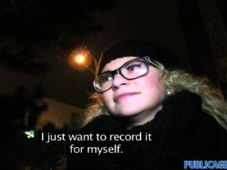 PublicAgent - चश्मे में घुंघराले बालों वाली गोरा
