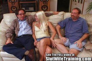 Blondie पत्नी fucks 2 जबकि पति घड़ियों