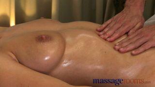 मालिश कमरे - बड़ी प्राकृतिक स्तन ऊपर तेल से सना