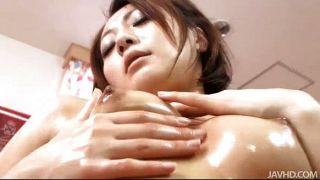 Yuu Shiraishi ऊपर तेल से सना और उसके योनी के साथ खेल रहा
