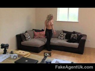 FakeAgentUK - छोटा बड़े स्तन और एक महान बकवास है