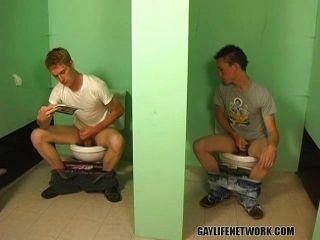 युवा समलैंगिक लड़कों सार्वजनिक बाथरूम में बकवास